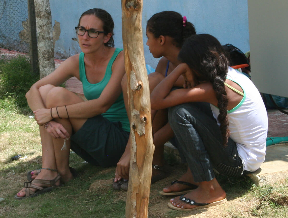 Angie Lederach talking with children in Colombia